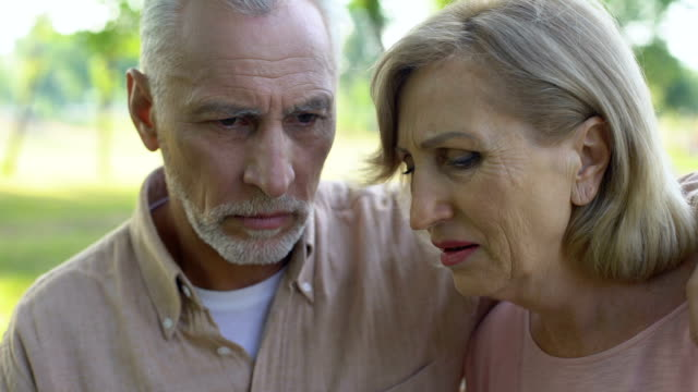 Mujer-llorando-después-de-la-horrible-noticia-de-cáncer-apoyo-marido-se-sienta-cerca