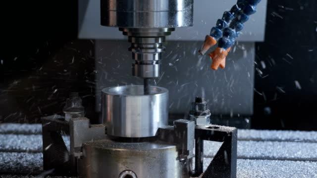 Producción-automatizada-del-cnc-con-la-máquina-de-perforación-para-procesamiento-de-metales