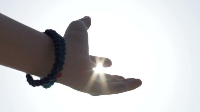 Begegnung-von-Mensch-und-Gott-Konzept-greift-Hand-Sonne-um-Gottes-Hilfe-zu-bitten