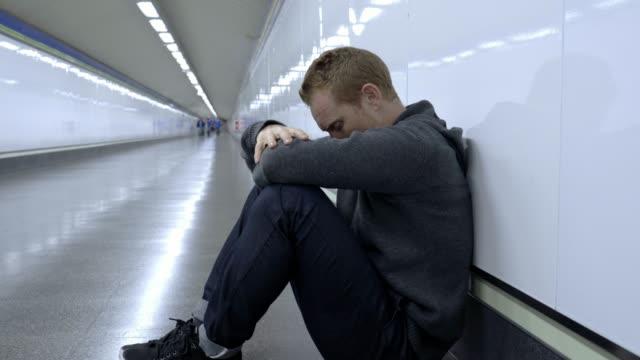 Joven-deprimido-mirando-destruido-perdido-y-triste-sufre-de-depresión-y-crisis-emocional