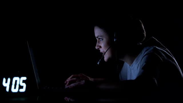 Jugadora-femenina-en-auriculares-jugando-videojuegos-a-altas-horas-de-la-noche-adicción-a-la-informática