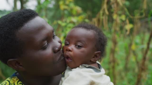 Madre-besando-a-su-bebé