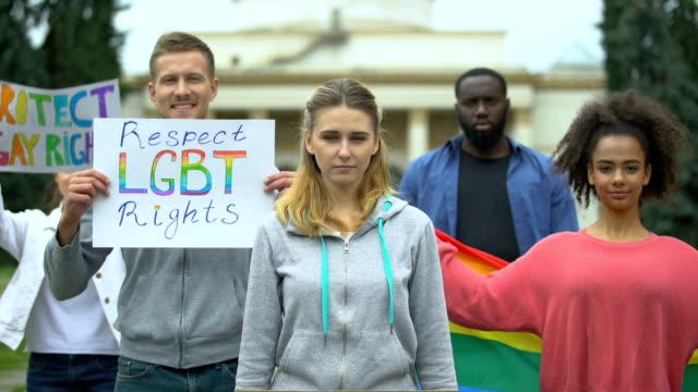 Aktivisten-die-Plakate-und-Regenbogensymbole-aufhängen-Kundgebungsmarsch-für-LGBT-Rechte