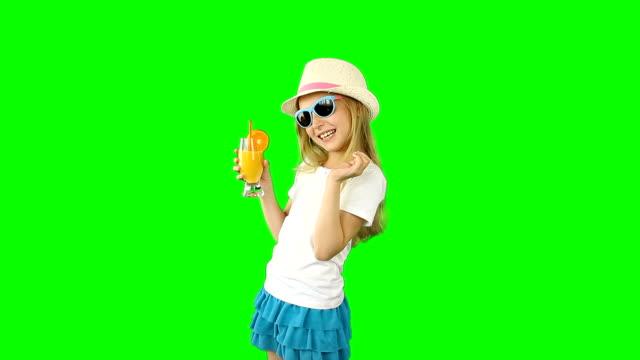 Junge-kaukasische-Mädchen-zu-Fuß-und-Orangensaft-trinken-Daumen-hoch-Gesten-zeigen-