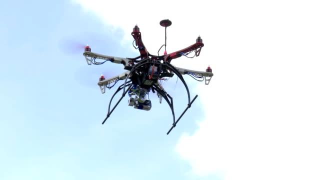 Drone-volando-en-el-aire
