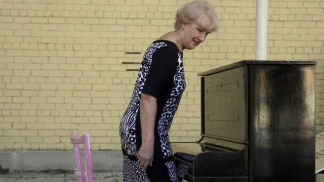 Hermosa-mujer-viene-a-tocar-el-piano