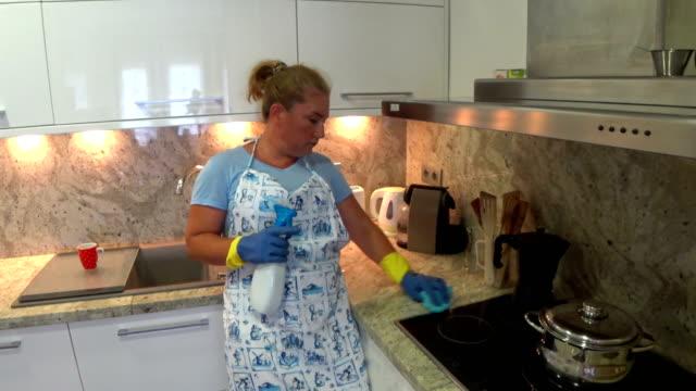 Ama-de-casa-cansada-de-limpiar-la-cocina