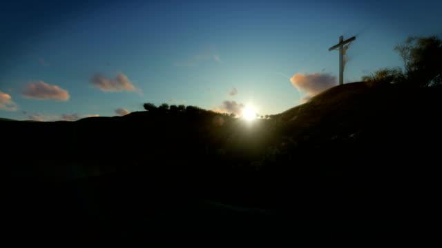 Christin-beten-zu-Jesus-Kreuz-bei-Sonnenaufgang-4K