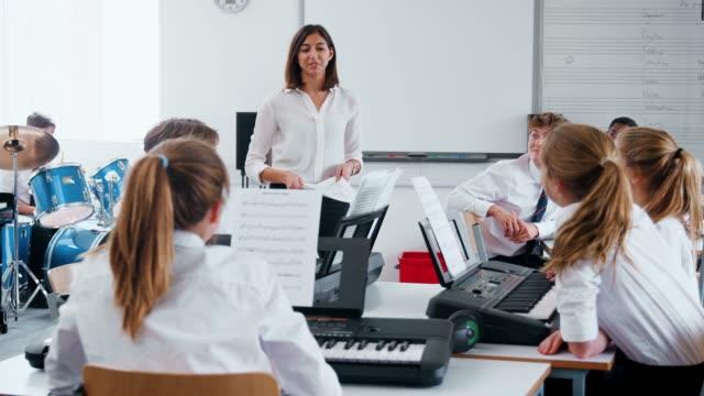 Estudiantes-adolescentes-de-teclado-electrónico-en-clase-de-música