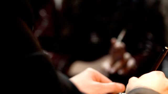 Geraubte-Frau-mit-Zigarette-Polizist-Berichterstattung-über-Kriminalität-Untersuchung