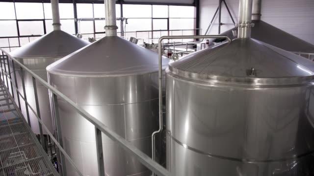 Reihe-von-Panzern-in-Brauerei-
