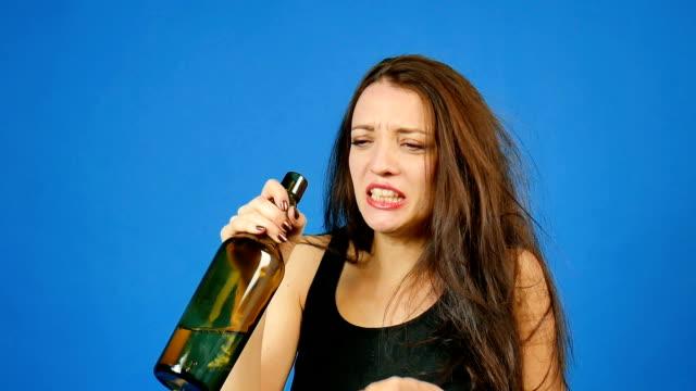 Joven-hermosa-morena-en-depresión-consumo-de-alcohol-y-llorando-Corazón-roto-alcoholismo-tratamiento-de-la-dependencia-del-alcohol-Problemas-sociales