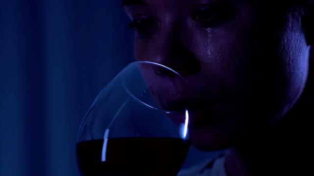 Hoffnungslos-einsame-Frau-weint-und-trinken-Rotwein-nach-Auseinanderbrechen-depression