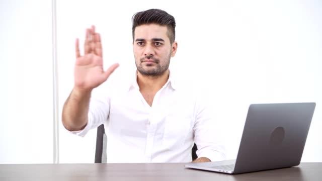 Hombre-de-negocios-con-ordenador-portátil-Hombre-indio-presionar-el-botón-panorámica-para-superposición-de-VFX-de-HUD-