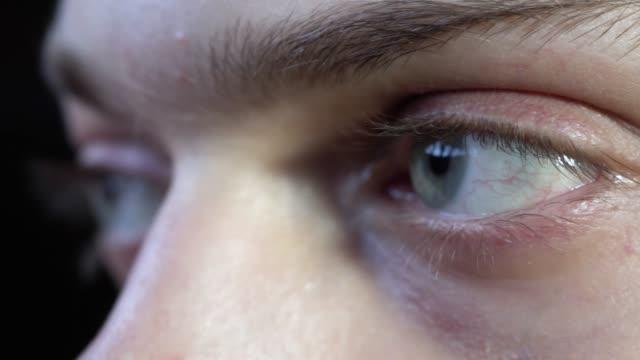 Cierre-para-arriba-de-hombre-ojos-verdes-están-mirando-lejos