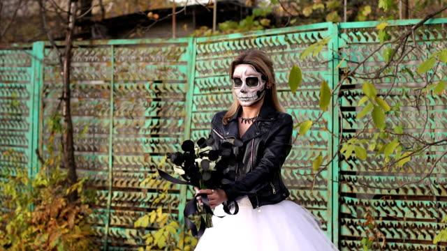 Una-novia-con-un-maquillaje-de-calavera-espeluznante-para-Halloween-en-una-ciudad-abandonada-
