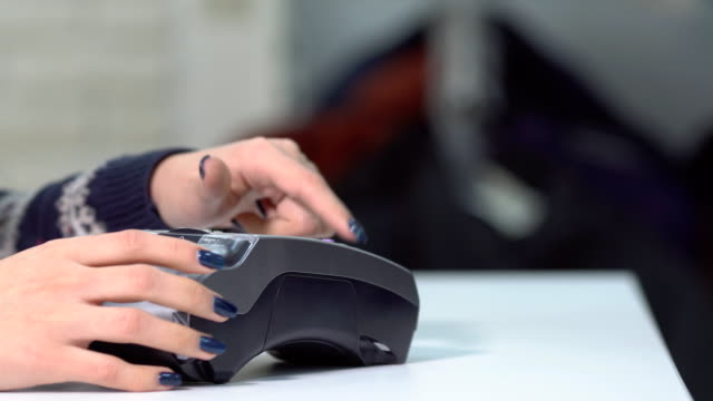 primer-plano-de-inserción-de-la-tarjeta-de-banco-al-terminal-de-mano