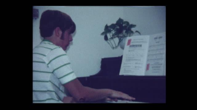 1971-hübscher-Teen-junge-spielt-Klavier