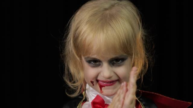 Niño-Drácula-Chica-con-maquillaje-de-Halloween-Niño-vampiro-con-sangre-en-la-cara