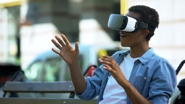 Adolescente-de-raza-mixta-sentado-en-el-banco-en-auriculares-de-realidad-virtual-dispositivo-moderno