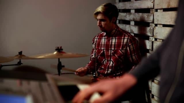 Jóvenes-músicos-ensayando-en-el-garaje
