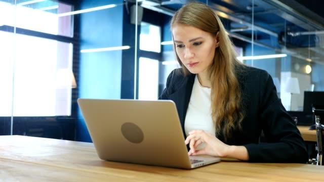 Pérdida-la-mujer-tensa-frustrada-trabajando-en-ordenador-portátil