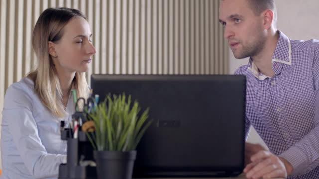 Empresarios-preocupados-en-oficina-con-ordenador-portátil-y-documentos