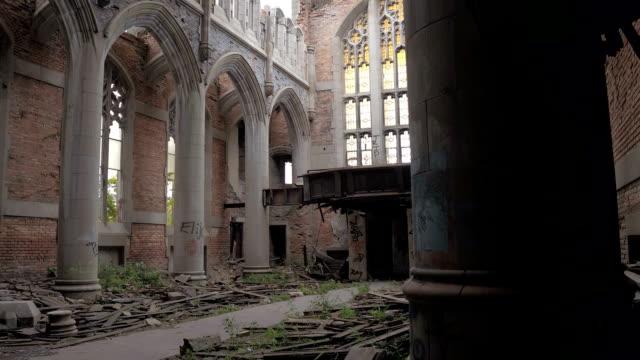 CLOSE-UP-Crumbling-Altarraum-und-Kirchenschiff-zerstörte-Heiligtum-in-der-Stadt-Methodist-Church
