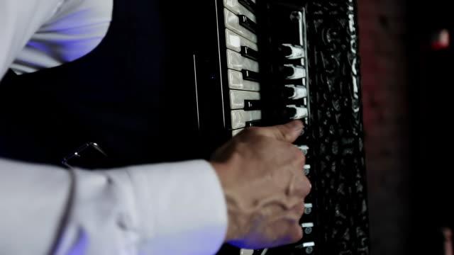 Un-músico-toca-el-acordeón-