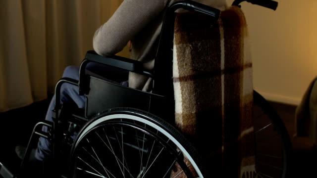 Sola-mujer-con-discapacidad-sentir-deprimido-necesita-apoyo-fundaciones-de-caridad