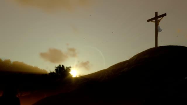 Christin-beten-zu-Jesus-Kreuz-bei-Sonnenuntergang-Schwenken-Zoomen-Sie-heraus