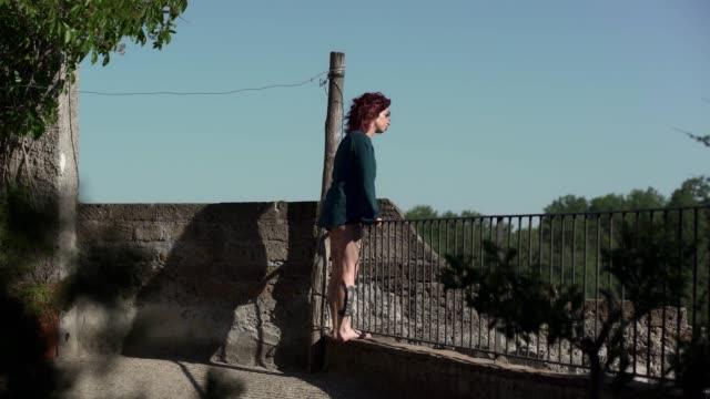Selbstmord-Unwohlsein-Depression---depressive-junge-Frau-auf-den-Balkon-denkt-an-su
