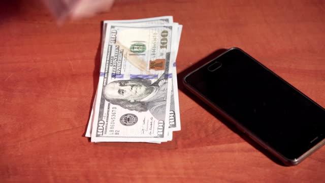 Llamada-a-teléfono-móvil-en-el-Banco