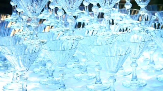 close-up-stehen-Champagner-Kristallgläser-auf-einem-Hügel-auf-einander-für-einen-Wasserfall-Champagner
