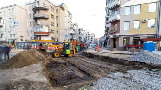 Maquinaria-industrial-en-el-trabajo-de-construcción-timelapse-de-sitio-Niveladora-y-grúa-trabajar-en-terreno