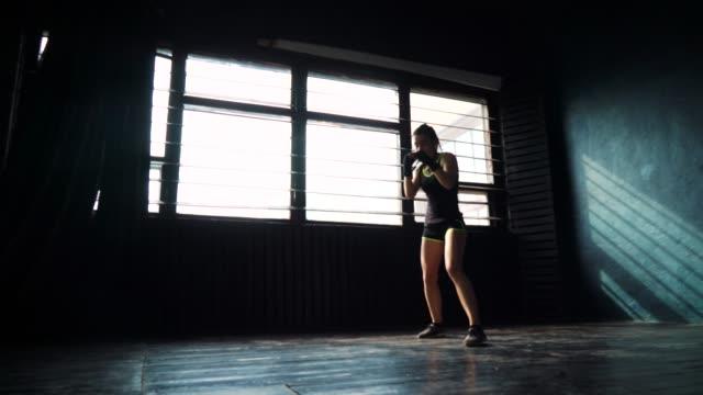 schöne-junge-Silhouette-Boxen-Frau-training-im-Fitness-Studio-Stanzen