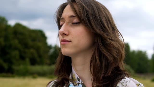 Meditation-im-freien-junge-Frau-fühlt-sich-Einssein-mit-der-Welt-Natur-inneren-Frieden