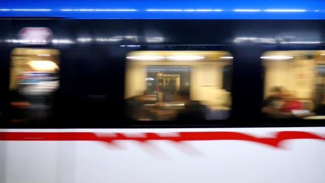 Subterráneo-o-metro-pasando-la-estación-