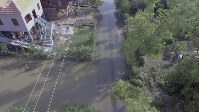 Antenne-vertikal-über-ein-überflutet-Straßendorf-im-ländlichen-Gebiet-abgeschossen-auf-der-Suche