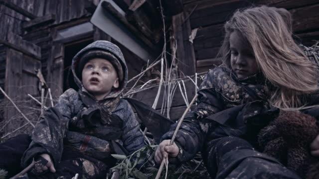 Niño-hambriento-sin-hogar-cerca-de-las-ruinas-Refugiados