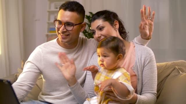 familia-con-tablet-pc-tener-video-llamada-en-el-país