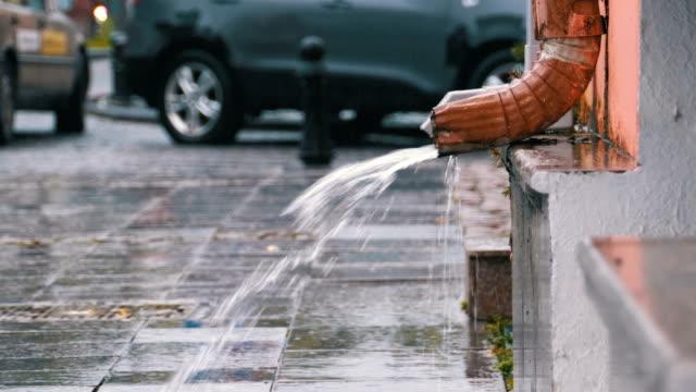 Pipa-de-agua-durante-la-lluvia