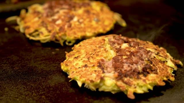 Okonomiyaki-cocinan-en-la-plancha-de-hierro-caliente