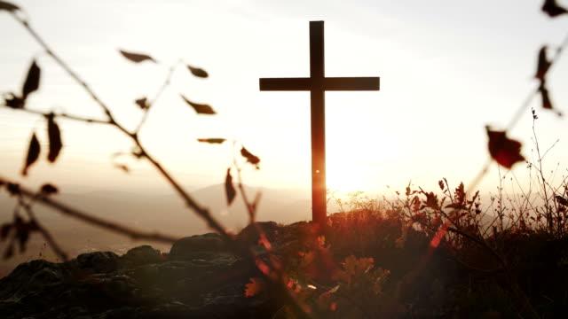 Crucifijo-en-montaña-durante-la-puesta-de-sol-Naturaleza-y-tranquilidad-