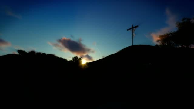 Christin-beten-zu-Jesus-Kreuz-Sonnenuntergang-Schwenken-4K