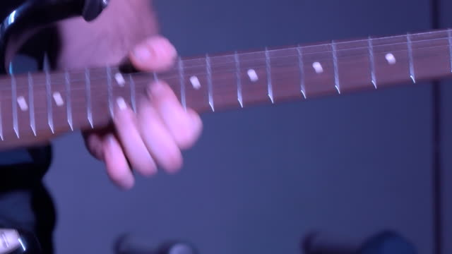 Hombre-tocando-la-guitarra-eléctrica
