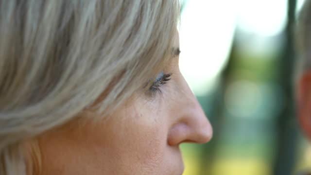 Alten-verärgert-Frau-unterstützen-ihr-krank-schreienden-Mann-unheilbare-Krankheit-Unterstützung