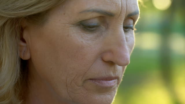 POV-Rentners-Frau-Gesicht-berühren-faltige-Frau-Mann-hoffnungslos-betrachten
