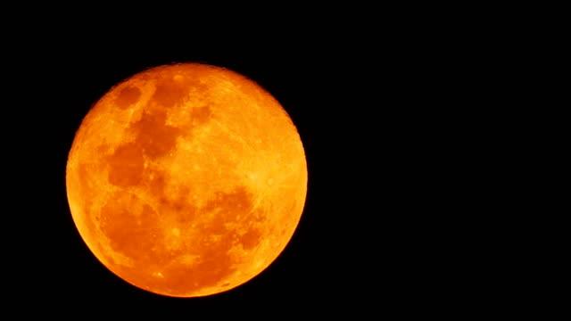 Levantamiento-de-bloodmoon-o-rojo-de-la-luna-en-el-cielo-oscuro