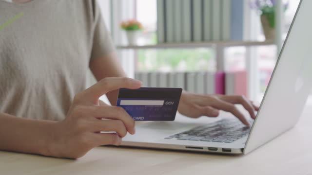 close-up-Frauenhand-mit-Kreditkarte